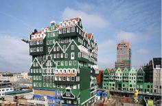 """Il est composé de 160 chambres, une piscine, un centre de sport. Le designer """"Wilfried Van Winden"""" a souhaité un hôtel où les clients se sentent comme à la maison !L'Architecte dénombre 70 maisons différentes dans l'ensemble. Remarquez la bleue... Le designer a souhaité faire un clin d'œil au peintre Claude  pour """"La maison bleue"""", à Zaandam en 1971. #hotel #innovative"""