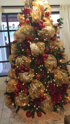 42 ideas craft christmas tree beautiful for 2019 Christmas Tree Decorations Ribbon, Red And Gold Christmas Tree, Ribbon On Christmas Tree, Christmas Tree Design, Cool Christmas Trees, Christmas Tree Themes, Christmas Centerpieces, Xmas Tree, Christmas Holidays