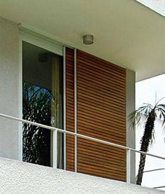 """A janela da suíte do casal usa caixilhos internos de alumínio fáceis de manusear: """"O painel que corre por fora é do mesmo material, mas foi recoberto de cumaru para ficar mais elegante"""", diz a moradora."""