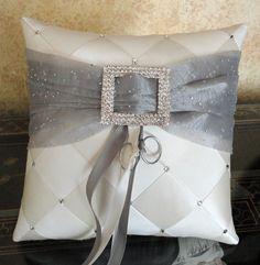 Anillo de boda portador almohada marfil y plata por SisiCreations Wedding Ring Cushion, Cushion Ring, Ring Pillows, Toss Pillows, Pillow Crafts, Chevron Patterns, Cream Wedding, Idee Diy, Ribbon Work