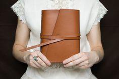 Ručne viazaný kožený zápisník svojou veľkosťou vhodný do aktovky alebo inej pevnej kapsy.  Obal je vyrobený z pravej hovädzej kože, karamelovej hladenice. Koža je hladká, veľmi pevná a krásne vonia.  Do zápisníka je viazaný recyklovaný papier rakúskej výroby s plošnou hmotnosťou 100g/m². Papier má prírodnú bielu farbu a patrí do skupiny Green Range-- podporuje ochranu životného prostredia, má aj certifikát FSC pre zodpovedné lesné hospodárstvo, enviromentálnu značku EÚ a vyrába sa…