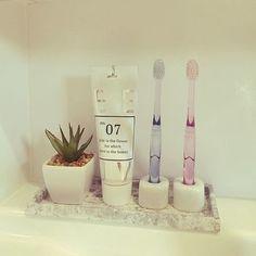 意外と困るのが歯ブラシの置き方。コップ型の歯ブラシ立ては場所をとる上に気に入ったデザインのものがなかなか無いですよね。一人一個歯ブラシ立てがあると、自由に配置できるのでおすすめです。 Muji Style, Japanese Interior, Wooden Crates, Room Tour, Bathroom Organization, Getting Organized, My Room, Home And Living, Diy And Crafts
