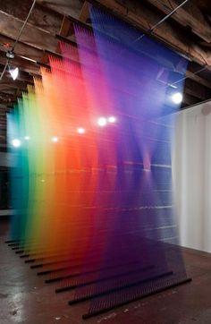 Gabriel Dawe transforma fios coloridos, em obras de arte.O resultado é incrível, né?