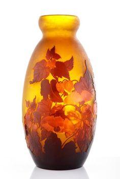 Émile GALLÉ (1846-1904) Vase ovoïde A décor de fleurs rouge sur fond