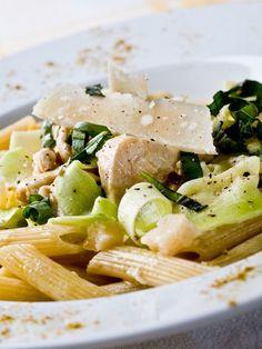 Penne aux rubans de courgettes et poulet au parmesan : Recette de Penne aux rubans de courgettes et poulet au parmesan - Marmiton
