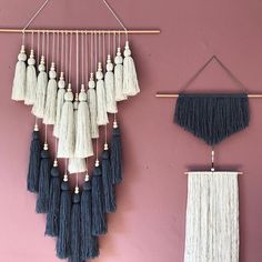 e gris et le rose 😍 Yarn Wall Art, Diy Wall Art, Diy Wall Decor, Diy Art, Macrame Wall Hanging Diy, Macrame Art, Macrame Projects, Ideias Diy, Macrame Design