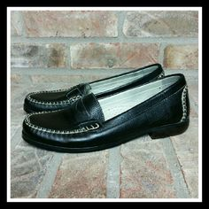 Black Bass Penny Loafers Nice black leather Bass penny loafers in very good condition. Whether for work or for play, know the comfort and quality that is Bass. NO BOX. SORRY NO TRADES Bass Shoes Flats & Loafers