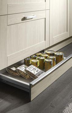 Zusätzlicher Stauraum in der Fußleiste Küche