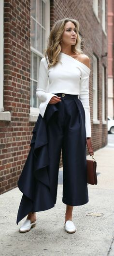 Top 10 Spring Trends to Know // Trend All Things Asymmetrical // click the image for all the details! // ivory one shoulder long sleeve top, navy culottes with ruffles down leg, white mules slides, brown pierce bag Street Style Outfits, Mode Outfits, Casual Outfits, Fashion Outfits, Office Outfits, Culottes Street Style, Casual Dresses, Casual Shoes, Street Style 2018