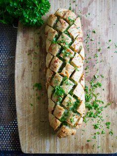 Hvitløksbrød i to varianter - Mat På Bordet Curry, Food And Drink, Baking, Curries, Bakken, Backen, Sweets, Pastries, Roast