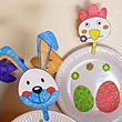 Cocotte de Pâques, un petit poussin ou un lapin avec des assiettes en carton.