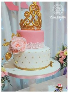 Torta con corona dorada Round Birthday Cakes, Candy Birthday Cakes, Birthday Cake Girls, Princess Birthday, Aurora Cake, Bolo Fack, Sweet Sixteen Cakes, Wedding Anniversary Cakes, Quinceanera Cakes
