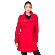 You can never go wrong with a hint of #red. #Benetton #FW17 #colors #coat #woman
