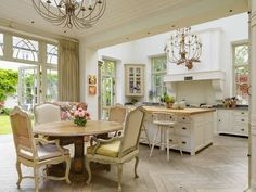 Kitchen and Dining Room from {My Design Chic} #VintageStorehouseStyle #KitchenDesign #KitchenInspiration
