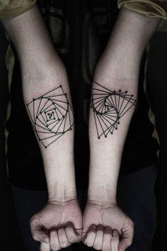 Tatuagens misturam elementos e formas geométricas