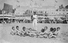 10/08/1919, Deauville - épreuve sportive pour garçonnets sur la plage devant le casino