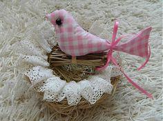 Textilný vtáčik, naplnený merino vlnou, na drievkach, chvostík previazaný ružovou stužkou, očko - čierna korálka  farba: ružovo biela kocka  košík je len d...