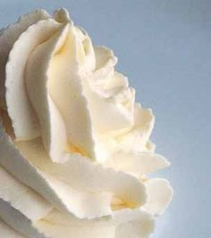 Crème Chantilly / Sweetened Whipped Cream Chantilly cream thickened cream, 2 tbls caster sugar, 1 tsp vanilla - whisk together until stiff Frosting Recipes, Cake Recipes, Dessert Recipes, Salsa Dulce, Sweetened Whipped Cream, Cream Frosting, Vanilla Cream, Gelato, Just Desserts