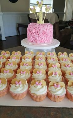 Minnie mouse cake and cupcakes pink and gold - Cupcake Pink Ideen Minnie Cupcakes, Minnie Cake, Pink Minnie, Cupcake Cakes, Gold Cupcakes, Minni Mouse Cake, Minnie Mouse Birthday Cakes, Minnie Mouse Theme, Minnie Mouse Cake Decorations
