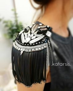 Epoletes from findings, crazy ones Fashion Details, Diy Fashion, Fashion Outfits, Womens Fashion, Shoulder Jewelry, Moda Outfits, Circus Costume, Embroidery Fashion, Refashion