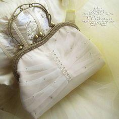 """Свадебная сумочка """"Адель"""" Вот такая сумочка пополнила коллекцию моих свадебных и вечерних аксессуаров. ❌Продана. Подробности в директ. #свадебнаясумочка #аксессуары #вечерняясумка #свадебныйклатч #свадьба #ручнаяработа #handmade #accessories #сумкасфермуаром"""