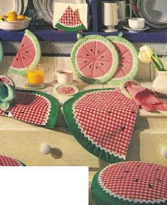 Resultado de imagem para Angelica Home & Country Collezione Mele Terza Variante Mug Rug Patterns, Patchwork Quilt Patterns, Crazy Patchwork, Table Runner And Placemats, Quilted Table Runners, Quilting Projects, Sewing Projects, Quilt Blocks Easy, Quilted Potholders