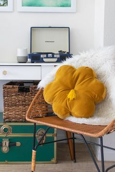 Sew a tufted velvet flower pillow with a tassel that look just like an Urban Outfitters product but a quarter of the price! Velvet Pillows, Diy Pillows, Throw Pillows, Diy Interior, Craft Tutorials, Diy Projects, Furniture Projects, Sewing Projects, Craft Ideas
