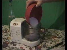 Mycí prostředek na nádobí - z citronů, soli a octa, recept: 3 citrony, hrnek soli (200g), hrnek octa (200 ml), voda 400 ml,  citrony vymačkáme do hrnce, z kury sloupneme vnitřní sluky zbylé po vymačkání a nakrájíme ji na drobno, přilijeme ocet a vodu, přisypeme sůl. To vše rozmixujeme ponorným mixerem. Dáme to vařit cca na 15 minut. Poté znovu rozmixujeme do hladké kaše. Necháme vychladnout.  Používáme na nádobí - 1 - 2 lžíce do dřezu nebo na silně zašpiněné kousky přímo. Výborně leští…