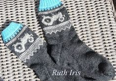 Bilderesultat for mariusmønster med hjerter Knitting Socks, Hand Knitting, Knit Socks, Crochet Stitches, Knit Crochet, Baby Barn, Slipper Socks, Slippers, Yarn Projects