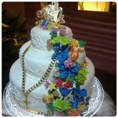 Pastel con labores de pollera panameña y flores de pastillaje que simulan tembleques... comestibles!