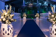 Cerimônia de casamento em Branco e azul. Garden seats brancos. Flores brancas #wedding #limoeirodecor