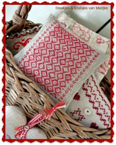 I made this little darning pincushion on linen banding. Steekjes & Kruisjes Marijke