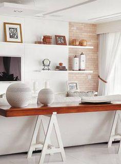 Aparador em projeto de Ângela Medrado: divide ambiente e camufla as costas do sofá Foto: Foto de divulgação
