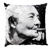 Coussin grand mère au cigare