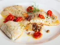 Filetti di spigola in salsa di olive e pomodorini
