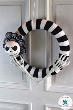 This DIY Nightmare before christmas wreath is the perfect halloween DIY for the nerd in your life. Feature Jack in a classy halloween style! Classy Halloween, Creepy Halloween, Fall Halloween, Halloween Witches, Halloween Fashion, Happy Halloween, Nightmare Before Christmas Ornaments, Christmas Wreaths, Christmas Crafts