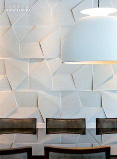 Atrás da mesa de jantar, placas de cimento da Castelatto. a luminária Bossa é da Lumini. Projeto de Frederico Bretones e Roberto Carvalho.