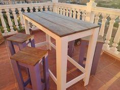 Nuevo diseño de mesa alta fabricada con madera de palets ecológica y madera de pino, se puede utilizar tanto en exteriores como interiores. Combínalo con unos taburetes a medida. Outdoor Bar Table, Outdoor Decor, Exterior, Outdoor Furniture, Rv, Home Decor, Ideas, Rustic Furniture, Stools