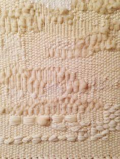 Weaving materia resa disomogenea dalla presenza di filati di titolazioni diverse e disegni irregolari.