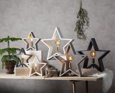 LYSeKIL er en meget dekorativ lampe fra Star Tradingsom er svært anvendelig i sin bruk. Lampen er produsert i treverk, formet som en stjerne og er nå tilgjengelig i mange farger og størrelser. Stjernen kan med fordel plasseres både på bord, gulv og i vinduskarmer. LYSeKIL har en sokkel i messingog den behøveren dekorativ pære for å ta seg best ut. Beige, Stars, Advent, Home Decor, Decoration Home, Room Decor, Sterne, Home Interior Design, Ash Beige