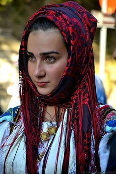 Abito Tradizionale Sardo di pattada Beautiful World, Beautiful People, Sardinian People, Costumes Around The World, Italian Beauty, Beautiful Costumes, Young Fashion, Folk Costume, People Of The World