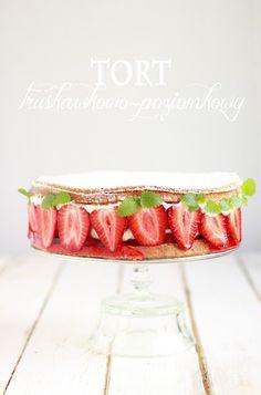 sponge cake with mascarpone yogurt cream and strawberries