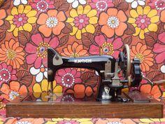 We verkopen deze mooie antieke naaimachine, merk 'Knoch' voor 25 euro. Er zit een goede kist bij, die sluit met sleutel.