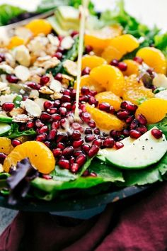 This delicious orange pomegranate salad is topped with mandarin oranges, pomegranate arils, candied almonds, sliced avocado, and feta cheese. Mandrin Orange Salad, Pomegranate And Orange Salad, Pomegranate Recipes, Orange Recipes, Salad With Mandarin Oranges, Kos, Winter Salad Recipes, Candied Almonds, Feta Salad