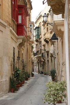 A typical street in the old part of Birgu, Malta (by Tom.Blackie, via Flickr)
