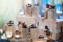 dettaglio tavolo bomboniere vasetti marmellate in scatole bamboo e bouquet autunnale