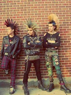 Tecidos tartan e cabelo rapado com crista são algumas carecteristicas do estilo Punk dos anos 80.