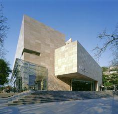 Este edificio se llama Museo de Arte Latinoamericano de Buenos Aires. Está en Buenos Aires, Argentina. Puedes ver arte modern.