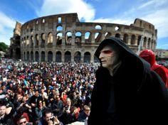 Ce 4 mai a été célébrée la journée Star Wars. A Rome, devant le Colisée, on a notamment vu Dark Sidious, seigneur noir des Sith, face à une assemblée de fans de la saga.