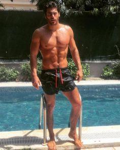 Can Yaman: Ecco le 10 foto più calienti dell'amatissimo attore turco. Hunks Men, Hot Hunks, Turkish Men, Turkish Actors, Beautiful Men Faces, Gorgeous Men, Zec Efron, Barefoot Men, Hot Men